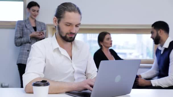 Geschäftsmann, der im Büro am Computer arbeitet. Geschäftsleute