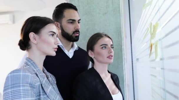 Obchodní lidé schůzku v kanceláři. Pracovníků, plánování strategie