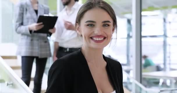 Portrét ženy v pracovním centru Office