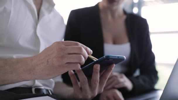 Geschäftsstelle. Mann mit Telefon und Frau am Computer