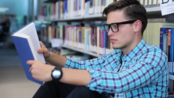 Olvassa el a könyv. Hallgató a könyvtár olvasó könyv, tanulás