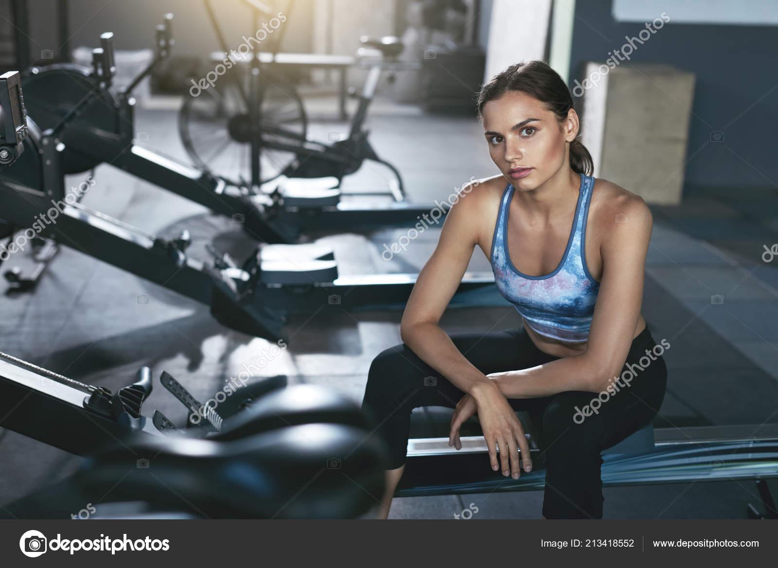 d699fe2c252 Esporte mulher em roupas esportivas no ginásio Crossfit — Fotografia de  Stock