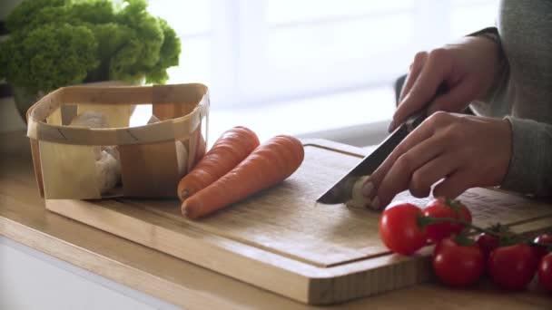Vaření. Detailní záběr na řezání čerstvé biozeleniny