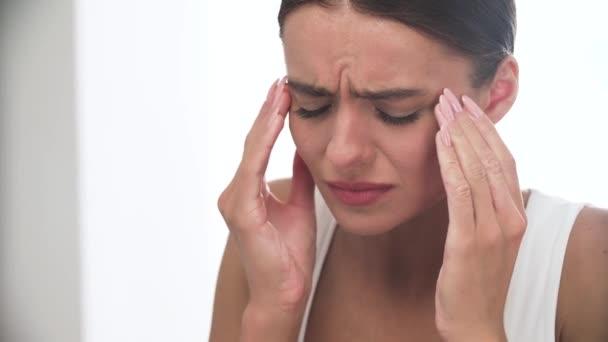 Fejfájás. Nő érzés erős fej fájdalom Vértes