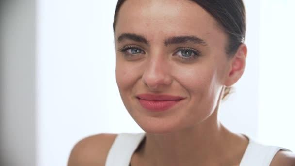 Krása. Atraktivní žena s detailním krásný úsměv