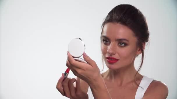 Rty make-up. Krásná žena použití červené rtěnky na rty