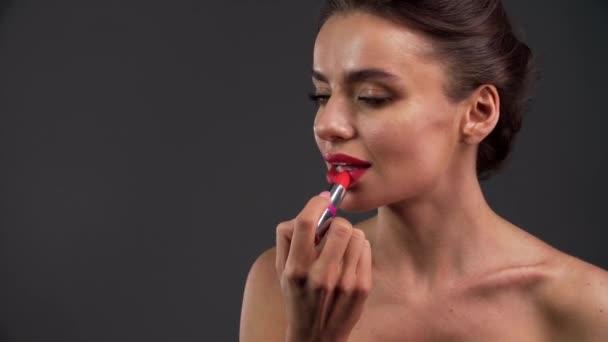 Krásná žena použití červené rtěnky na Sexy kypré rty