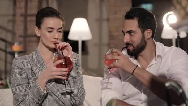 Shisha-Bar. Paar Cocktails trinken und Obst Shisha rauchen