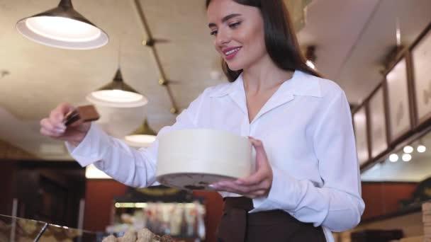 Čokoláda obchod. Ženské prodejce v obchodě cukrovinky