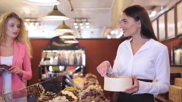 Chocolate Shop. Žena nákup čokoládových bonbónů v úložišti
