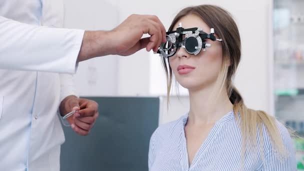 Oční vyšetření. Žena v brýlích, kontrola zraku na klinice