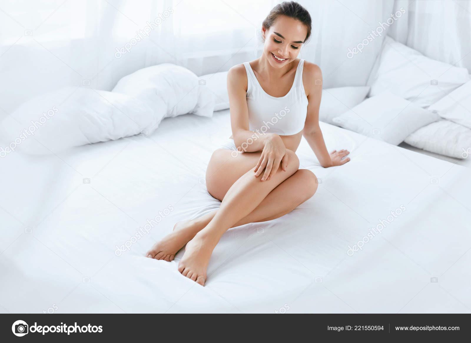 Жопастых красивое фото женщин на кровати красавица откровенное видео