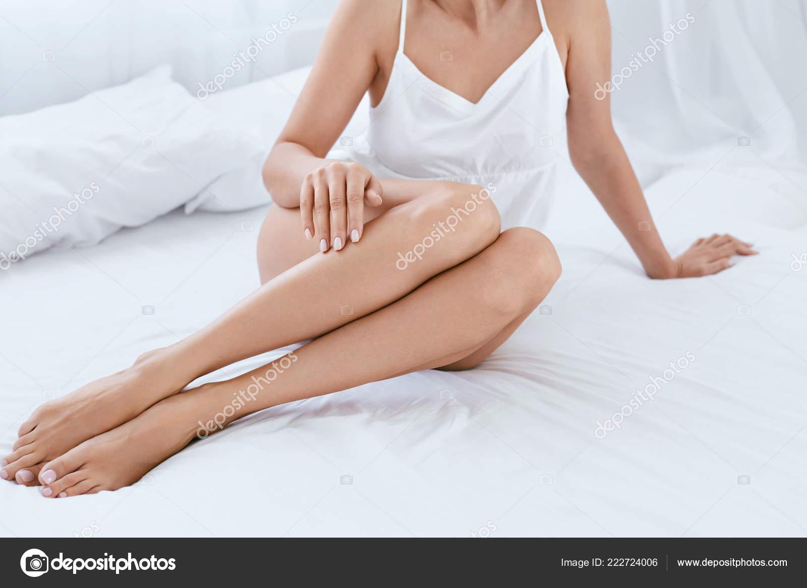 Jambes de femme long avec une peau douce lisse sans poil sur ...