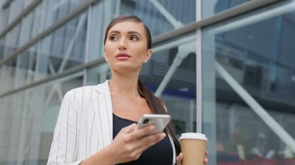 Üzletasszony telefon és kávét, megy a munka