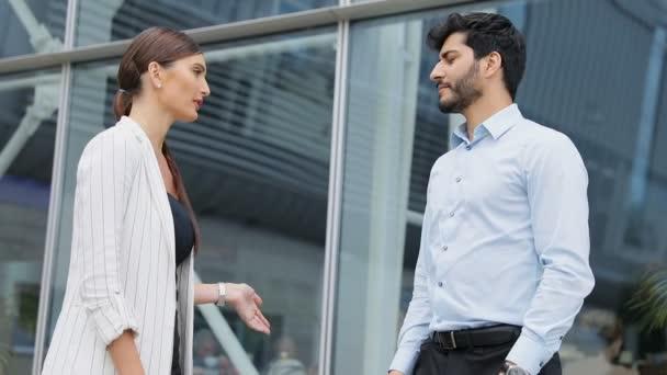 Obchodní lidé poblíž kanceláře končící setkání třesoucíma se rukama