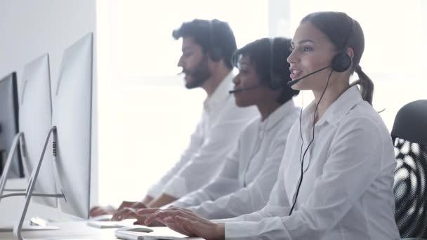 Call centrum agenti poradenství klientům na linku v kanceláři