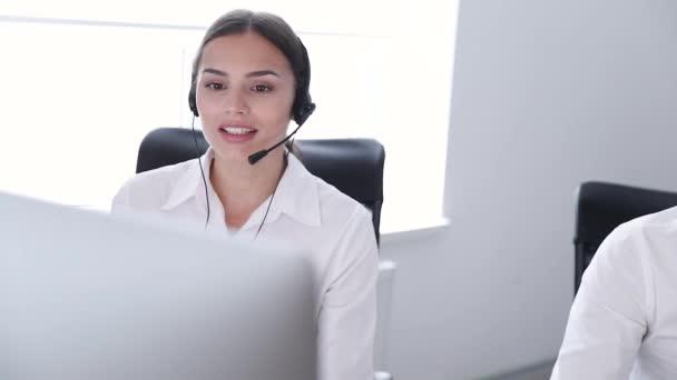 Call centrum. Ženský v náhlavní soupravě na linku podpory