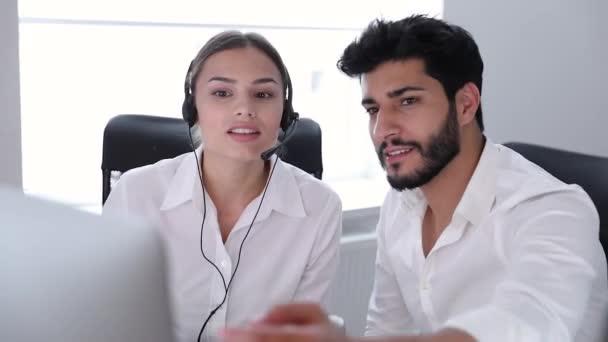 Call centrum. Operátoři pracují v kontaktním centru