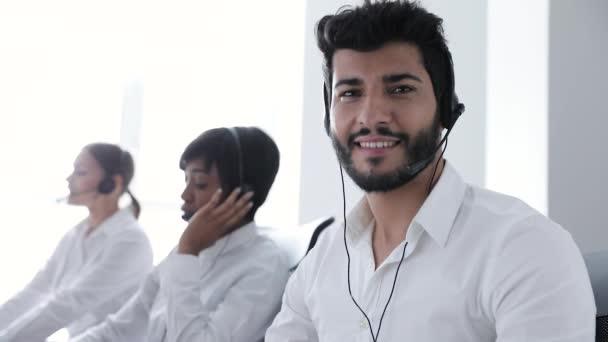 Kontaktní centrum. Operátor v náhlavní soupravě na pracovišti portrét
