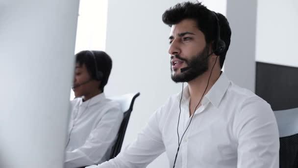 Operátor call centra. Muž v headsetu pracující v kontaktním centru. Lidé pracující na oddělení podpory zákazníků