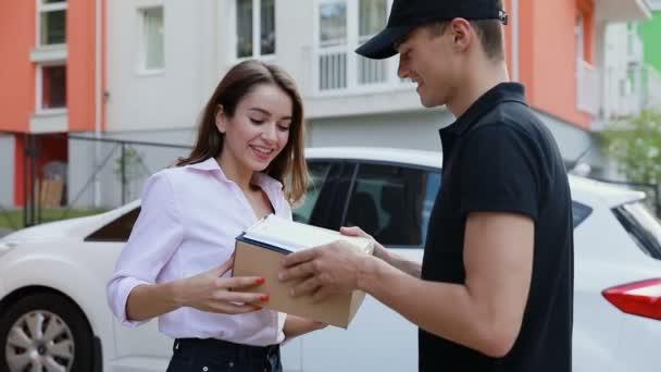 Dodávka. Expresní kurýrní doručení balíčku klient domova