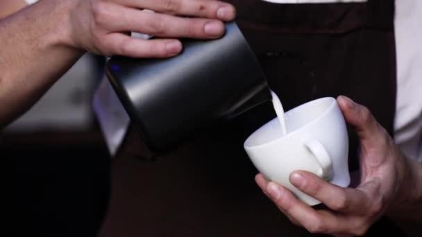 Káva umění. Barista, takže obrázek s mlékem na kávu Closeup