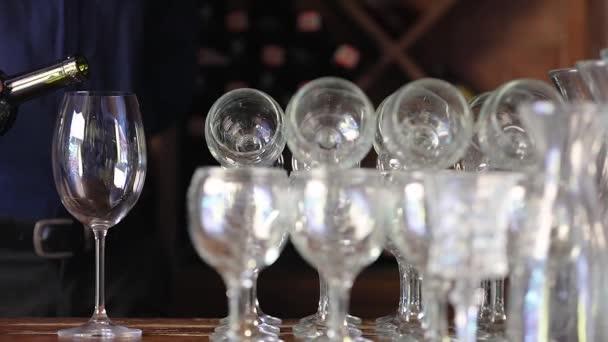 Vína. Closeup nalití do sklenice z láhve červeného vína