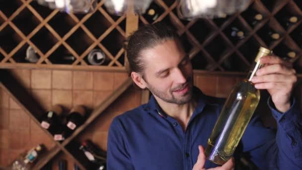 Mosolygó ember, a üveg bort a pince, a pincészet éttermében