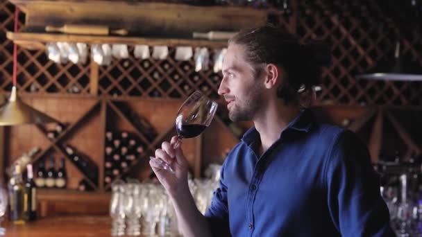 Ochutnávka vín. Muž vonící, pití červeného vína ve vinařství sklep