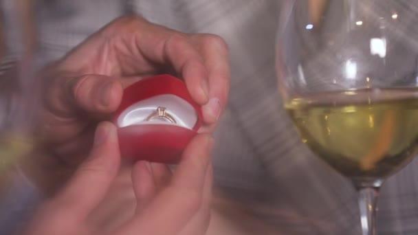 Ember csinál házassági ajánlatát, hogy nő a Vértes étterem