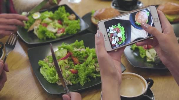 Potraviny fotografie v telefonu. Detailní záběr na obrazovky s jídlem obrázek