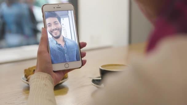 Video volání. Detailní záběr ruky s Video Chat na mobil obrazovce