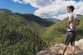 Mladý dospělý pejsek s krásným výhledem na strž a les Slovenského ráje z Tomášovského vyhlada (Tomášovský pohled). Krásný letní den, čistá příroda a klidná scéna