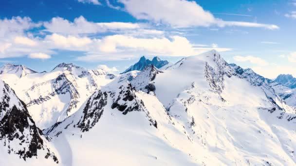 Na obloze za zasněžených bílých hor se rozlétne časový pohled na odletující bílé mraky. Bílé mraky plující za slunečného dne v širokém denním světle.