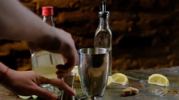 Příprava alkoholické koktejly. Zpomalený záběr