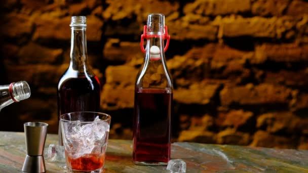 Nalévání alkoholu z láhve do štamprle, přípravu koktejlu