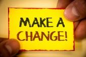 Zápis poznámky ukazující provést změnu motivační výzva. Obchodní fotografie představí nové cíle příležitostí různých přístup Text slova žlutý papír červený okraj prsty drží roh messsage