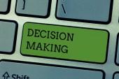 Písemná poznámka s rozhodovacím procesem. Prezentace firemních fotografií Akt rozhodování mezi dvěma nebo více možnostmi