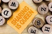 Text rukopisu sdílení je královna. Koncept význam dávat další informace nebo patří je výborná kvalita.
