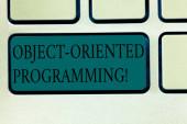 Textschreiben objektorientierte Programmierung. Business-Konzept für Sprachmodell Objekte statt Aktionen Tastatur-Taste Absicht, Computer-Nachricht drücken Tastatur-Idee erstellen.