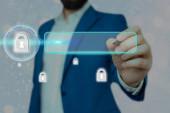 Grafiken der neuesten digitalen Technologie zum Schutz von Daten Vorhängeschloss-Sicherheit auf dem virtuellen Display. Geschäftsmann mit Schloss zu sichern.