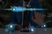 Grafikák a legújabb digitális technológia védelme Adatlakat biztonság a virtuális kijelzőn. Üzletember a zár, hogy biztosítsa.