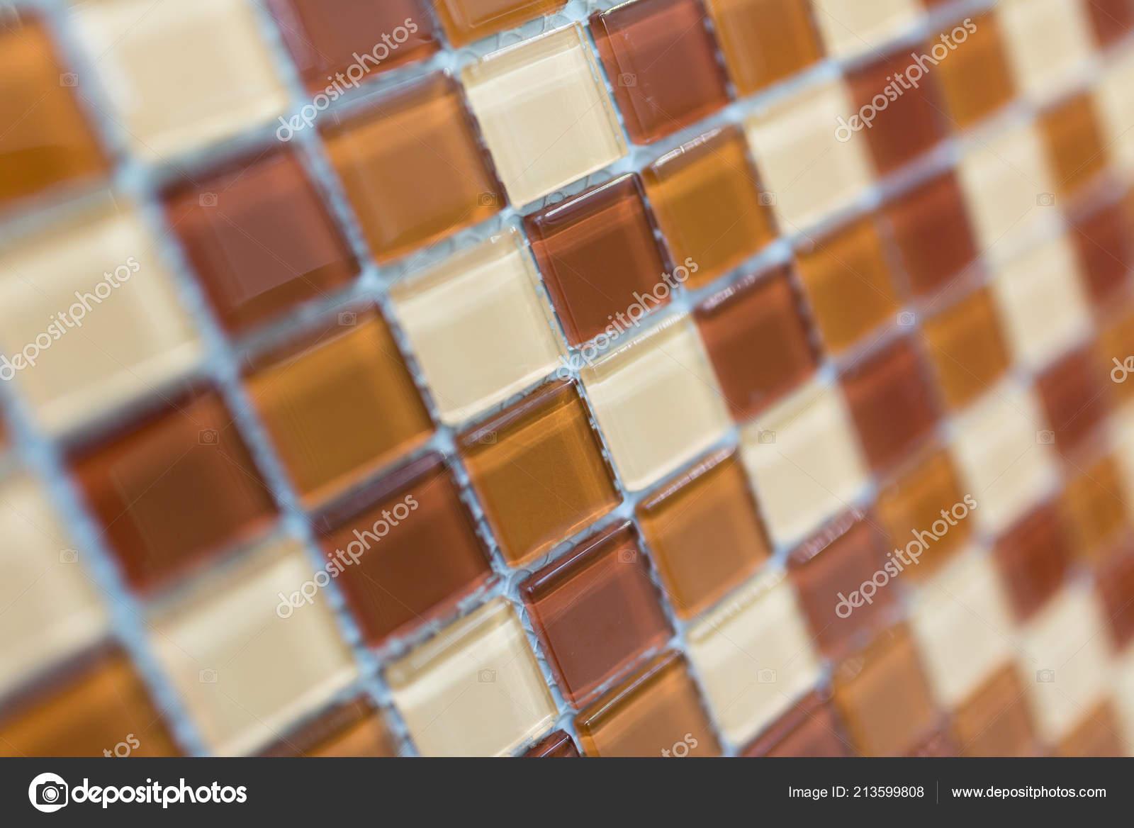 farbenfrohe moderne Mosaik Fliesen in einem Badezimmer Makro ...