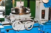Fényképek Ipari vas eszterga kivágásához, fordult a tuskó, a fémek, fa és egyéb anyagok, esztergálás, részletek és a gyári alkatrészek gyártása
