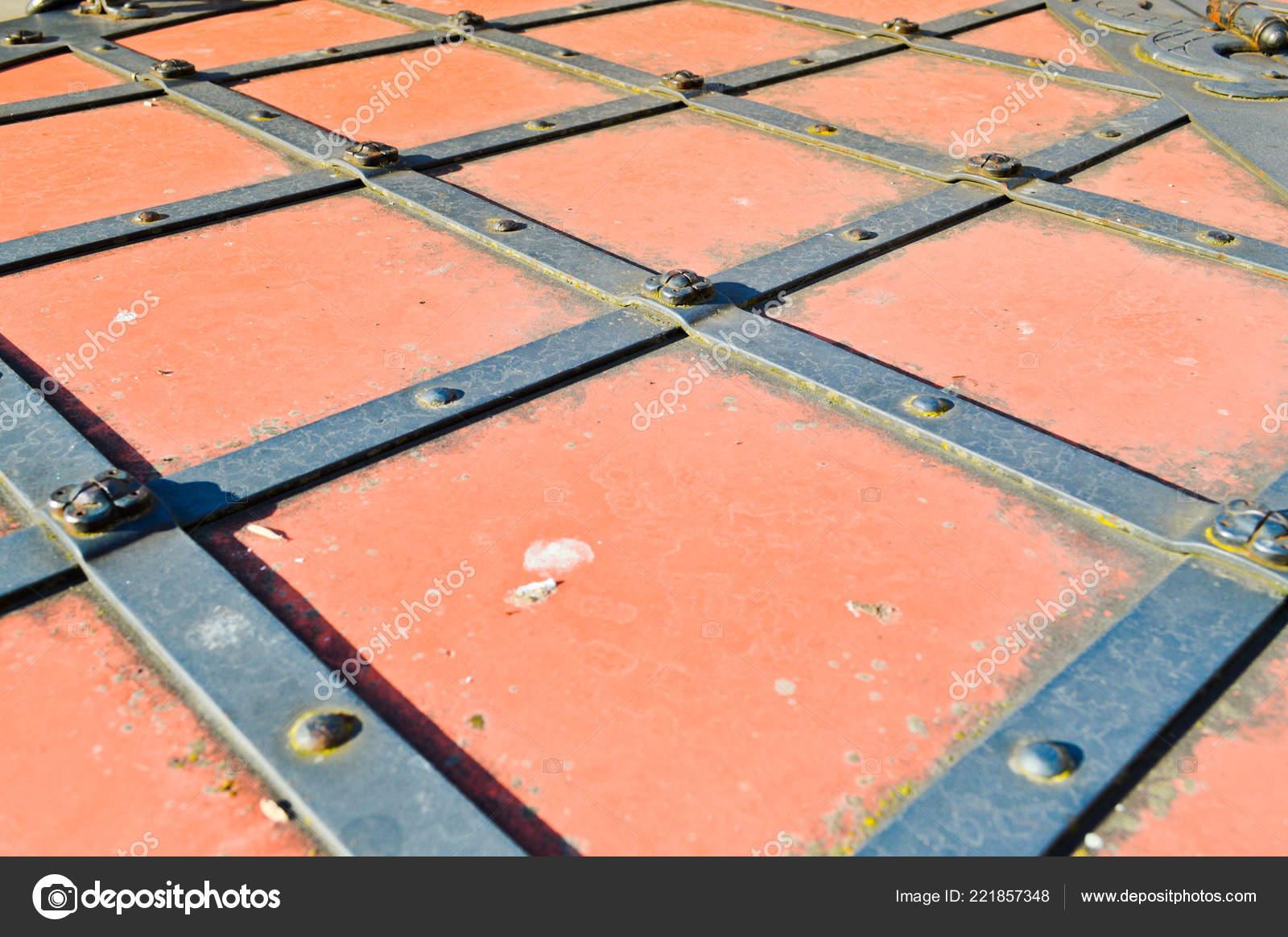 Struttura Di Una Vecchia Porta Di Metallo Antico Medioevale Rosso