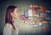 junge Studentin lernt verschiedene Sprachen