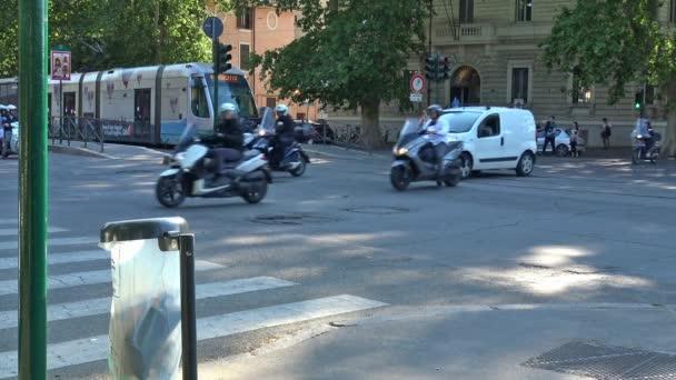Itálie, Řím, intenzivní průchod lidí, aut a tramvají na křižovatce v centru města.