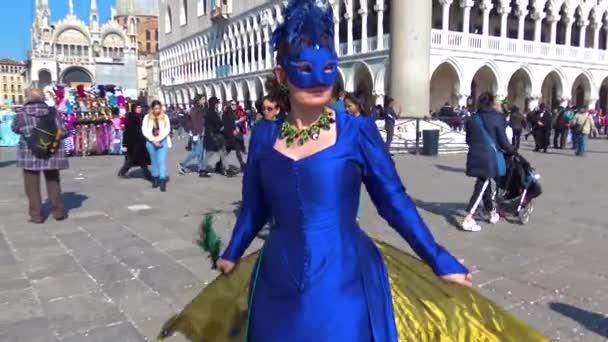 4k Venedig, Karneval 2019, Maskierte ziehen durch die Stadt, posieren für Fotografen und Touristen, mit schönen Kleidern.
