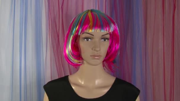 Žena figurína představuje close-up pro módní video s pestrobarevnou parukou 4K 50 fps