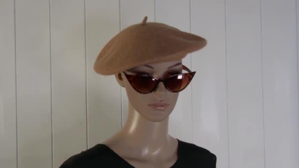 Weibliche Schaufensterpuppe posiert in Nahaufnahme für Modevideo mit Baskenmütze 4K 59,94 fps